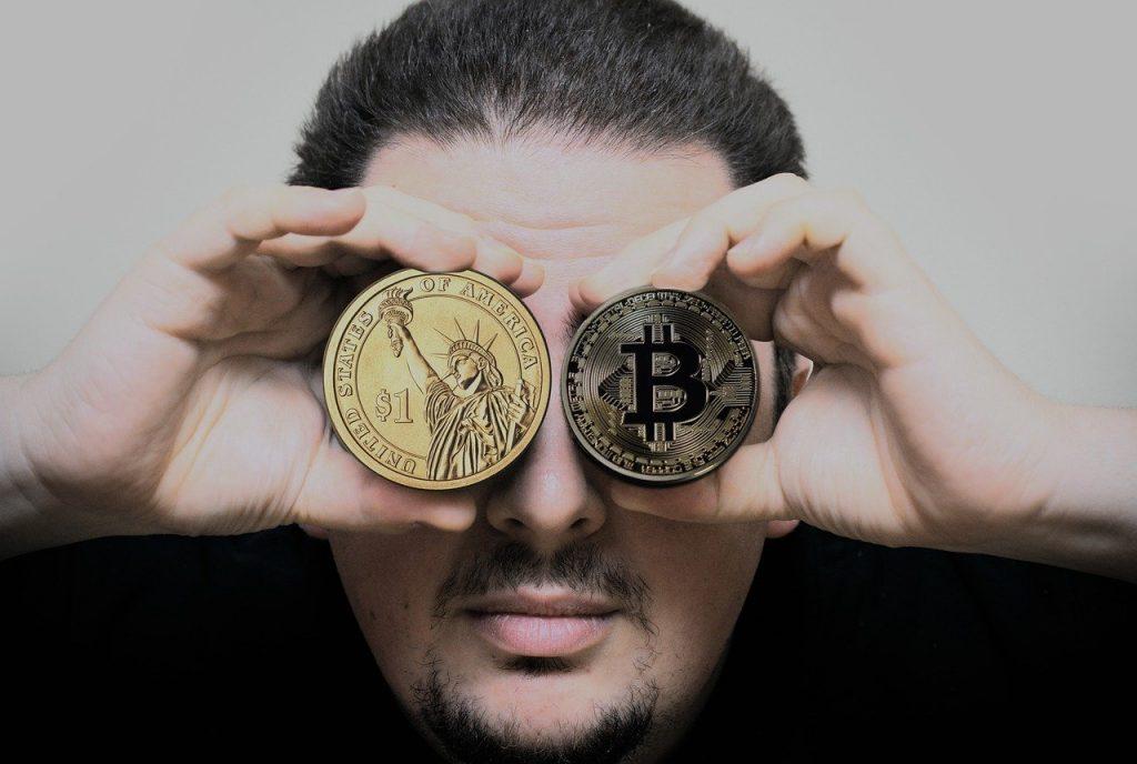 Un homme avec des crypto-monnaies devant les yeux