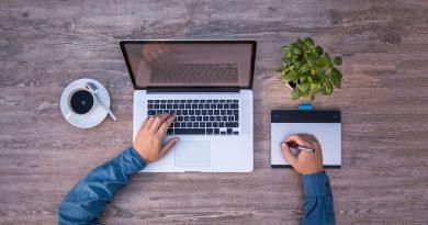 Homme tapant sur le clavier d'un macbook pro