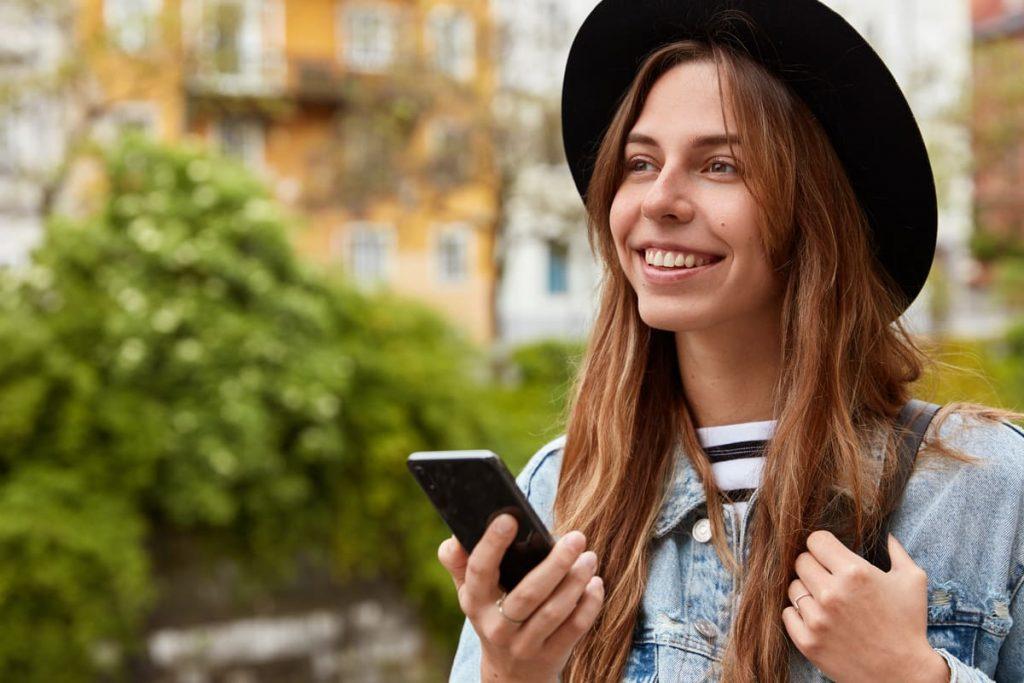 femme utilisant son mobile