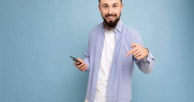 homme sur son smartphone