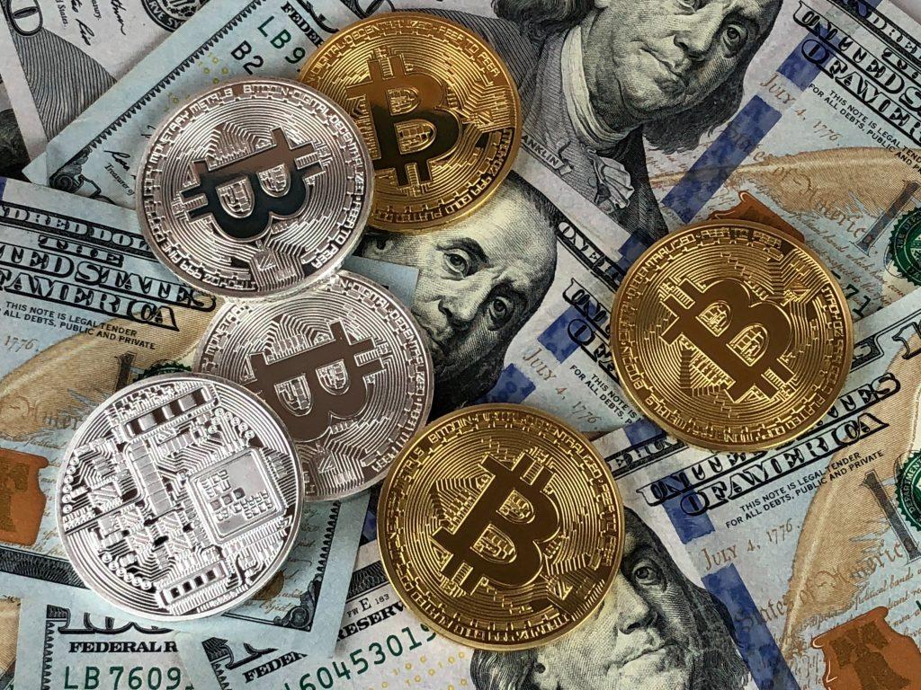 illustrations de devises classiques et du bitcoin