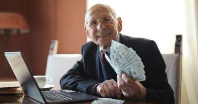 Homme avec des billets dans la main gauche