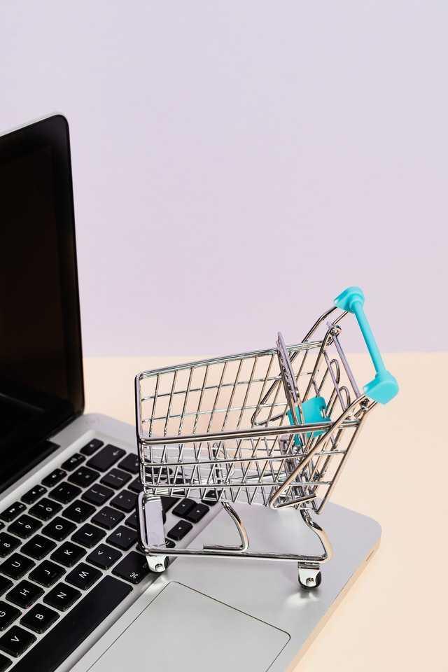 Illustration e-commerce: un caddie sur un macbook