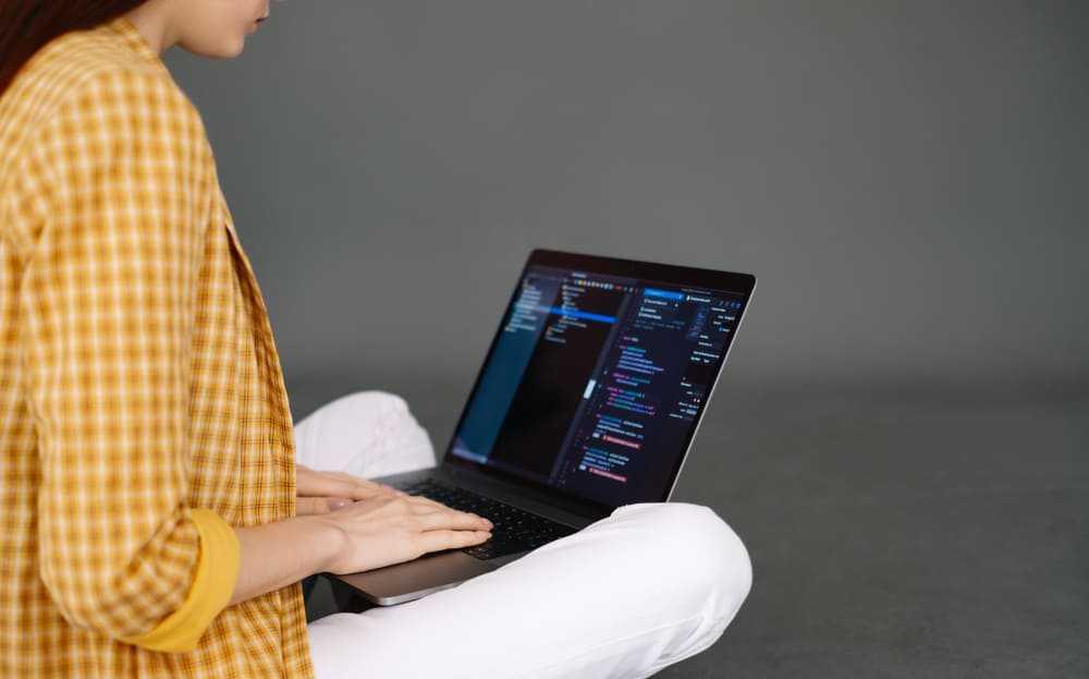 femme qui apprend à coder