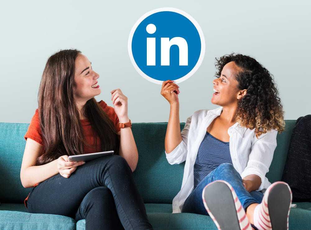 femmes tenant le logo LinkedIn