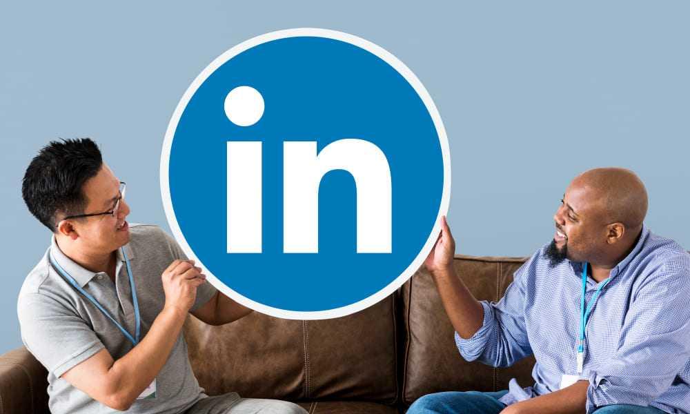 homme tenant le logo LinkedIn