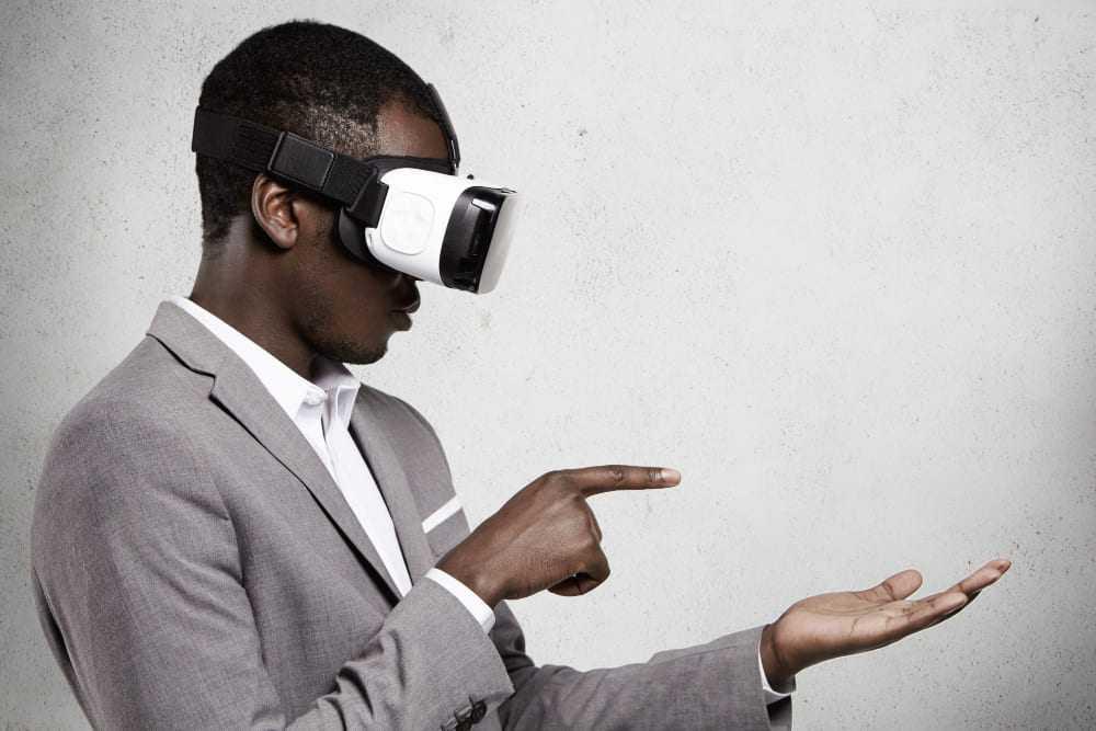 homme utilisant un casque VR