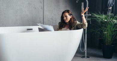 femme travaillant dans son bain