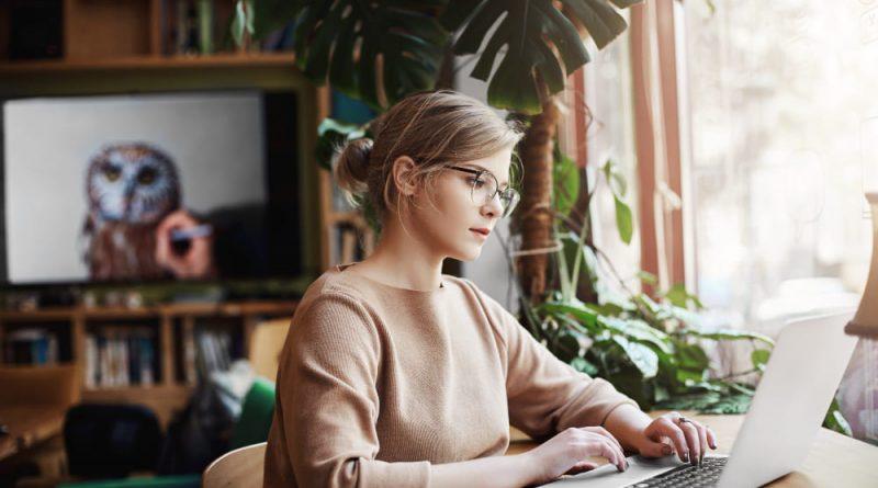 femme qui fait son site e-commerce