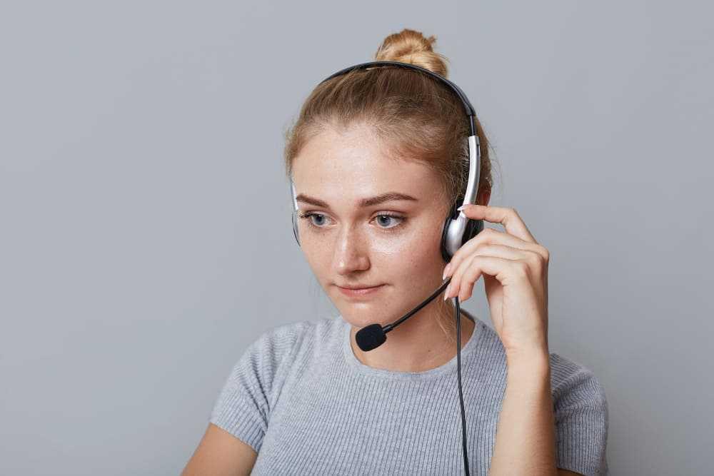Opératrice au téléphone