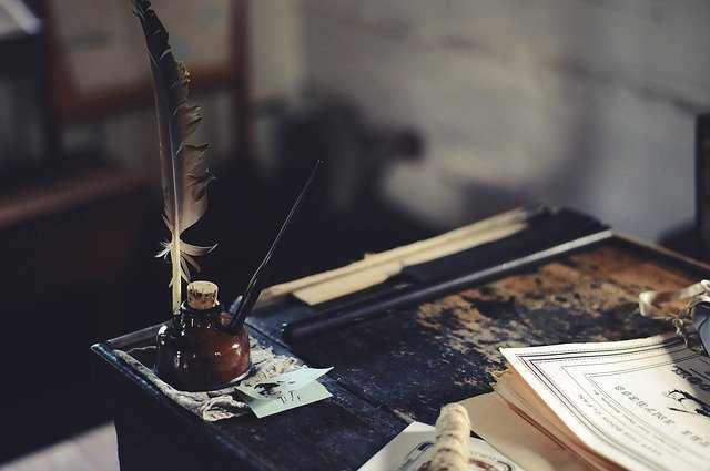 Bureau écrivain avec plume