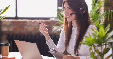 Femme gérant service client à distance - Zendesk avis