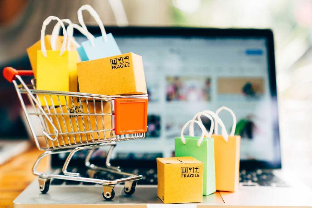 Mini chariot devant ordinateur site vente en ligne